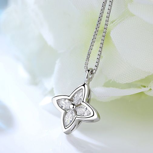 Lucky Leaves Frame Diamond Stud Necklaces